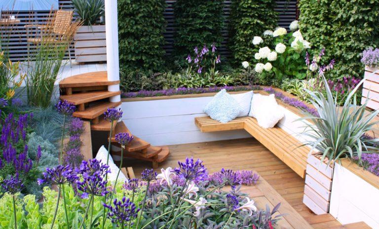 tiefergelegter Sitzbereich mit Holz
