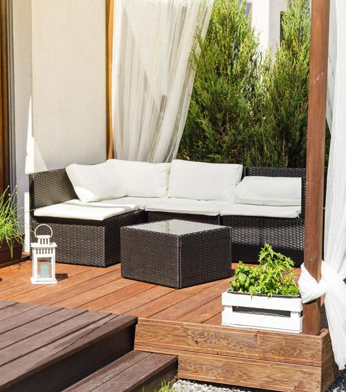 Loungegruppe auf Terrasse mit Paravant