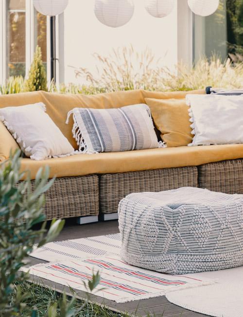 Outdoor Sofa mit gelbem Bezug