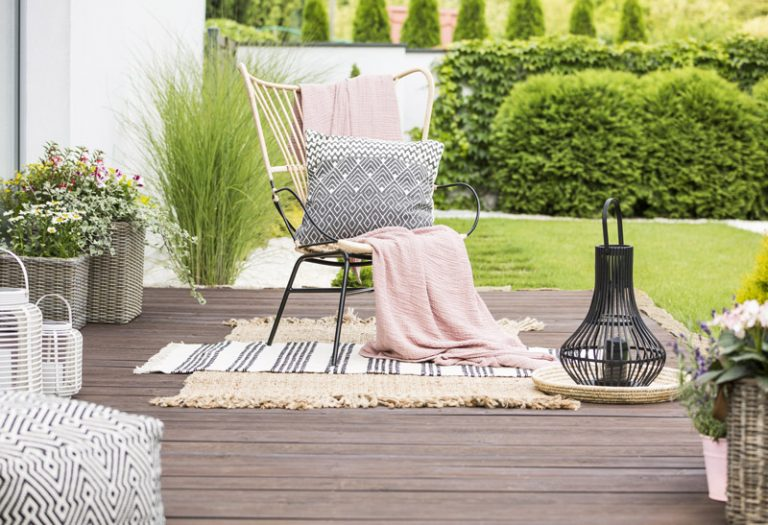 Sessel mit Textilien auf Terrasse